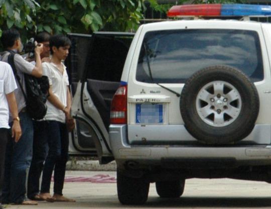 Nghi can Vũ Văn Tiến được đưa lên xe, di lý về Bình Phước tiếp tục phục vụ công tác điều tra