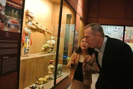Đại sứ Mỹ Ted Osius đọc lời giới thiệu về nghệ thuật múa rối nước Việt Nam