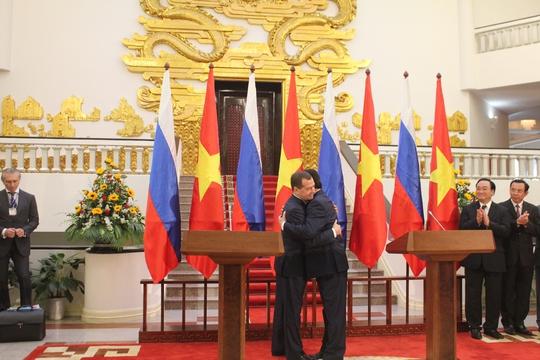 Thủ tướng Nguyễn Tấn Dũng nồng thắm ôm Thủ tướng Nga Medvedev
