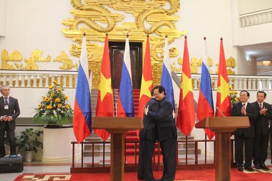 Cái ôm chặt của những người đứng đầu 2 chính phủ