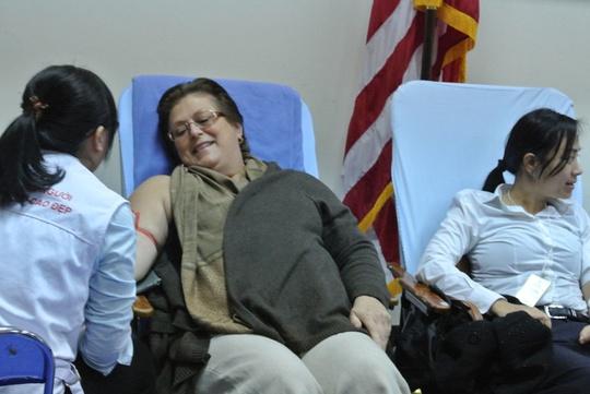 Bà Claire Pierangelo, Phó Đại sứ Mỹ, với nụ cười thân thiện quen thuộc tham gia hiến máu