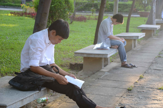 Sĩ tử đến trường thi từ tờ mờ sáng và chọn góc yên tĩnh để xem lại bài tại điểm thi Trường ĐH Bách khoa Đà Nẵng