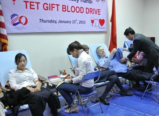 Ông bị choáng sau khi hiến máu và được nhân viên y tế chăm sóc