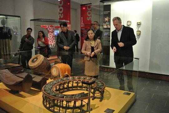 Tham quan các nhạc cụ trong phần trưng bày về nghệ thuật biểu diễn các nước ASEAN