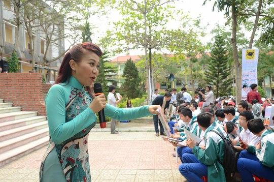 MC Huỳnh Ngân - Én bạc cuộc thi Người dẫn chương trình 2014 - hâm nóng không khí trước chương trình