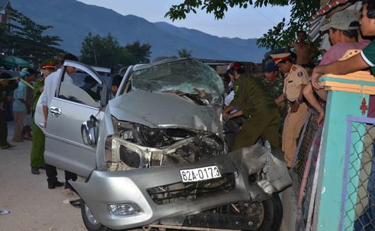 Cơ quan chức năng đang tìm cách đưa thi thể nạn nhân ra ngoài do xe ô tô bị hư hỏng quá nặng