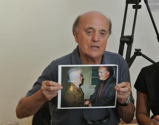 """Ông Peter Arnett """"khoe"""" tấm ảnh chụp cùng Đại tứng Võ Nguyên Giáp, người theo ông là một thiên tài"""