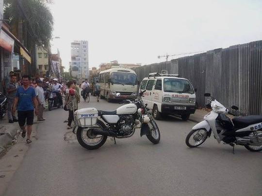 Lực lượng CSGT ngăn không cho phương tiện qua lại khu phố Triều Khúcđể chữa cháy