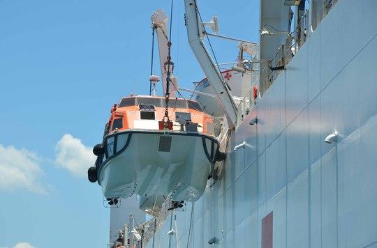 Tàu bệnh viện USNS Mercy được trang bị cả phao cứu hộ để ứng phó thảm họa trên biển