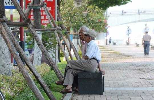 Nhiều người ở TP Đà nẵng phải tìm boóng cây ngồi cho mát Ảnh: Bích Vân