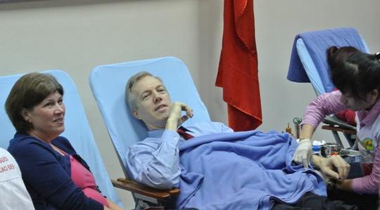 Ngài Ted Osius, Đại sứ Mỹ, là một trong những người đầu tiên tham gia hiến máu