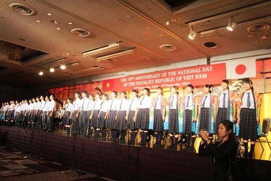 Các em học sinh Nhật Bản hát bài Như có Bác Hồ trong ngày vui đại thắng