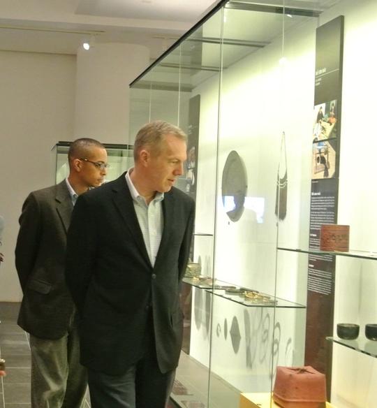 Đại sứ Mỹ Ted Osius cùng bạn đời, ông Clayton Bond, tham quan Bảo tàng Dân tộc học Việt Nam
