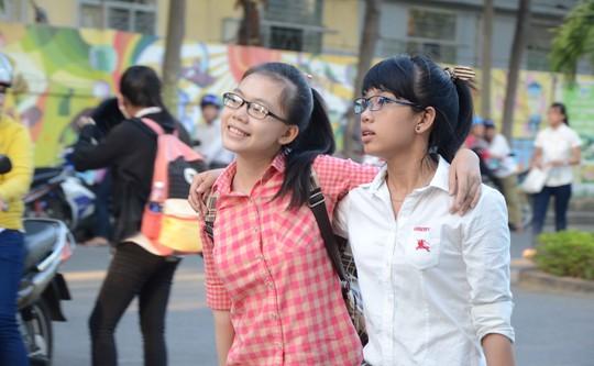 Hai thí sinh từ tỉnh Quảng Nam ra TP Đà Nẵng dự thi đã lo lắng suốt đêm qua nhưng vẫn tươi vui khoác tay nhau cùng vào trường thi