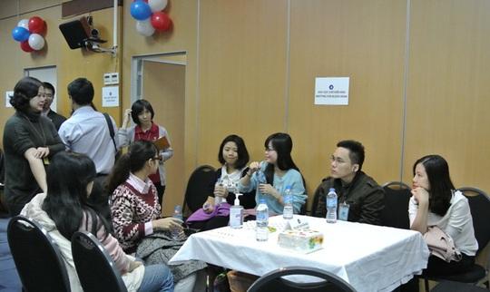 Một nhóm bạn trẻ ngồi chờ ở khu vực hiến máu, đợi đến lượt mình tham gia hiến máu cứu người.