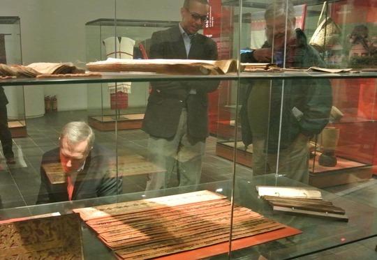 Đại sứ quan sát kỹ các loại sách cổ, sách thiên văn, sách nghi lễ, sách tôn giáo, sách lá cọ...