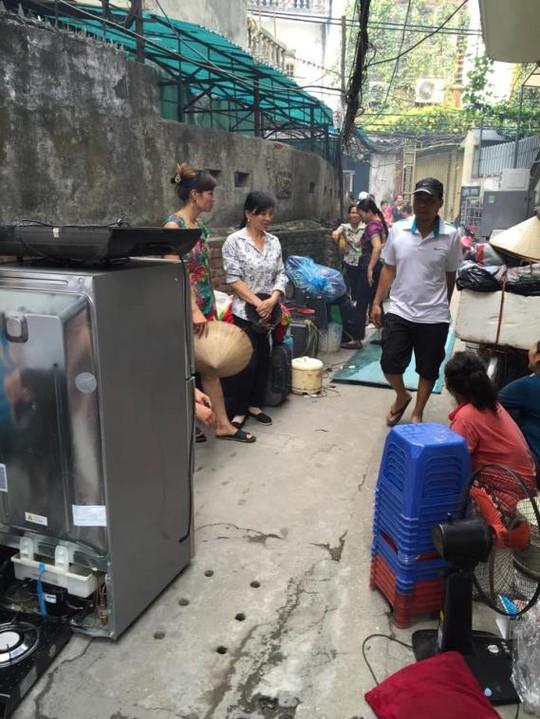 Người dân nháo nhác ôm các đồ dùng trong nhà ra ngoài