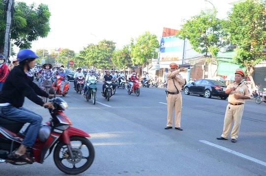 CSGT làm nhiệm vụ phân luồng xe trên đường Tôn Đức Thắng, trước cổng Trường ĐH Bách khoa để tránh kẹt xe trước giờ diễn ra kỳ thi THPT quốc gia