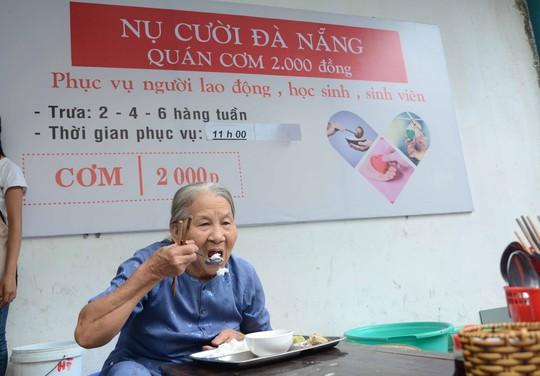 Quán cơm có tên Nụ cười Đà Nẵng với tiêu chí phục vụ hết sức thân thiện, vui vẻ và đầy tình thương