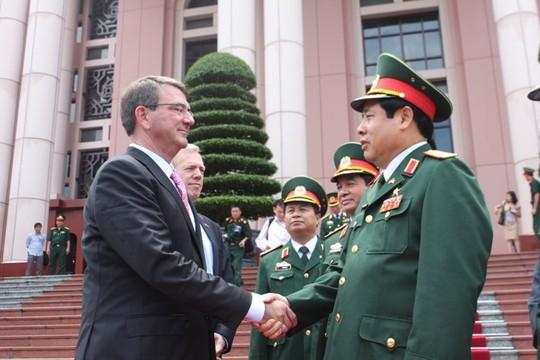 Bộ trưởng Phùng Quang Thanh tiễn Bộ trưởng Mỹ Ashton Carter sau khi kết thúc buổi họp báo chung