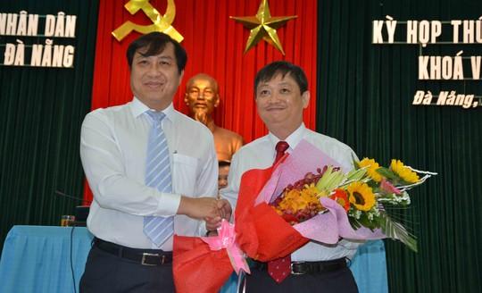 Ông Huỳnh Đức Thơ, Chủ tịch UBND TP Đà Nẵng tặng hoa, chúc mừng tân Phó chủ tịch Đặng Việt Dũng (phải)