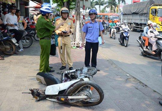 Xe máy nạn nhân bị biến dạng sau khi bị xe tải cuốn vào gầm