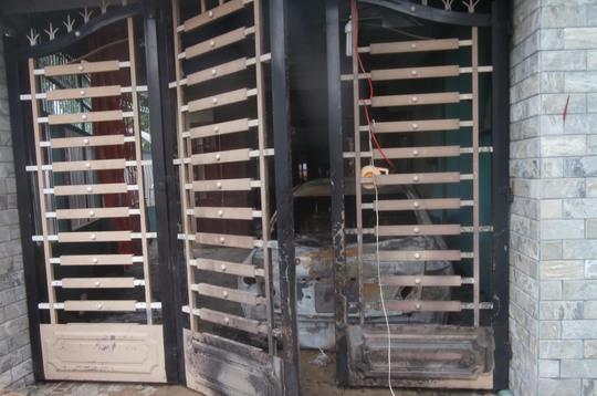 Khi gia đình phát hiện cháy thì cửa chính bên ngoài đã bị kẻ gian khóa trái