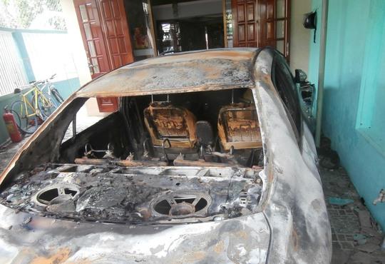 Chiếc ô tô trị giá gần 1 tỉ đồng mới mua của gia đình bà Thế bị cháy trụi trong đêm khuya