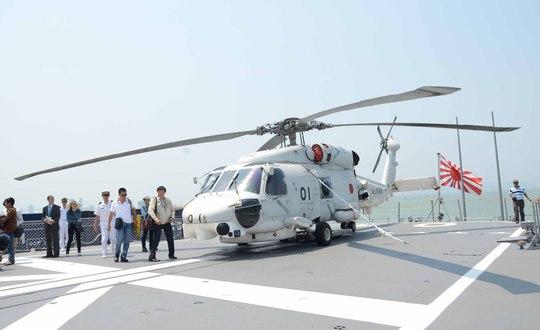 Trực thăng được trang bị trên tàu có thể chứa tối đa 8 người