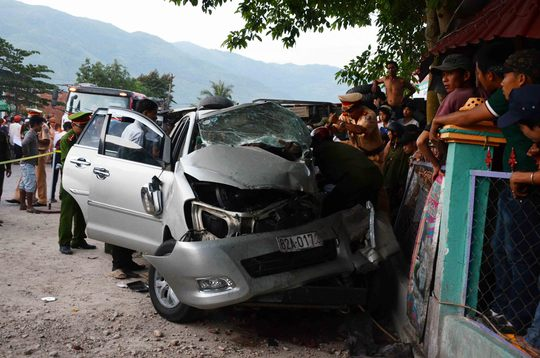 Xe Innova bị hư hỏng hoàn toàn sau vụ tai nạn thảm khốc tại Quảng Nam