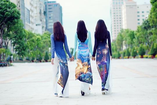 """Mẫu thiết kế bộ sưu tập """"Thành phố tôi yêu"""", trình diễn trong chương trình giao lưu văn hóa Việt - Hàn tại Seoul - Hàn Quốc, diễn ra từ ngày 25 đến 30-5 Ảnh: Jet Huynh"""