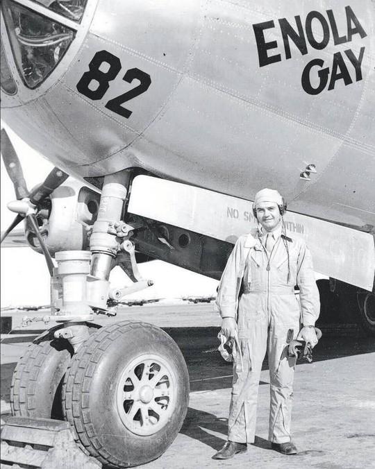 Đại tá Paul Tibbets, người điểu khiển máy bay Enola Gay (ảnh) thả quả bom nguyên tử Little Boy xuống thành phố Hiroshima. Chiếc máy bay Enola Gay được đặt theo tên mẹ ông, bà Enola Gay Tibbets. Ảnh tư liệu: AP