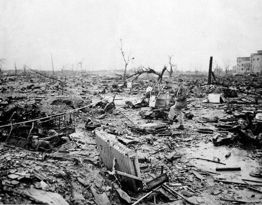Một phóng viên tác nghiệp tại Hiroshima sau khi thành phố này tan hoang vì bom nguyên tử. Ảnh tư liệu: AP