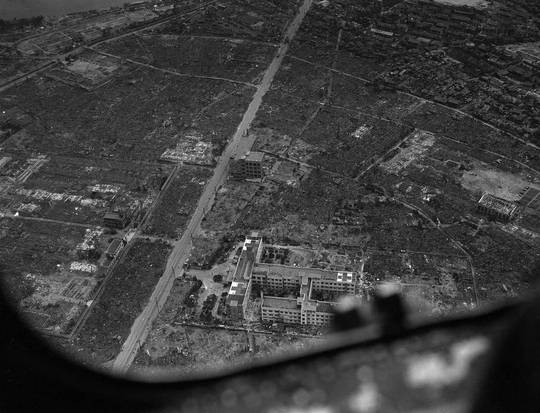 Hình ảnh chụp từ cửa kính máy bay cho thấy thành phố Hiroshima bị san bằng sau vụ ném bom ngày 6-8-1945. Ảnh tư liệu: AP