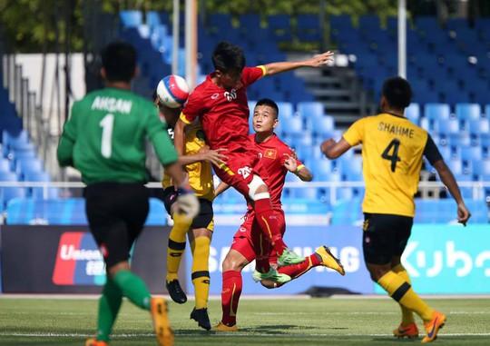 Một pha uy hiếp khung thành thủ môn U23 Brunei của Việt Nam