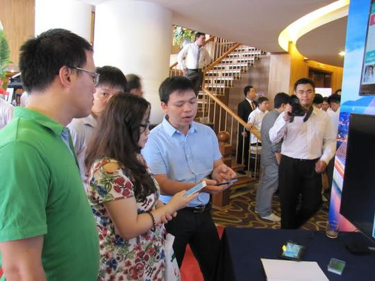 Các khách hang tìm hiểu ứng dụng Vinasun App
