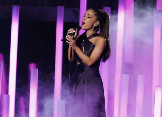 Ca sĩ xinh đẹp Ariana Grande trình diễn ca khúc Just A Little Bit Of Your Heart