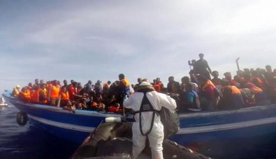 Lực lượng cứu hộ tiếp cận tàu chở người tị nạn. Ảnh: Guardia Costiera