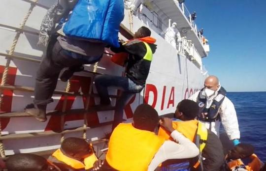 Những người tị nạn được đưa lên tàu cứu hộ. Ảnh: Guardia Costiera