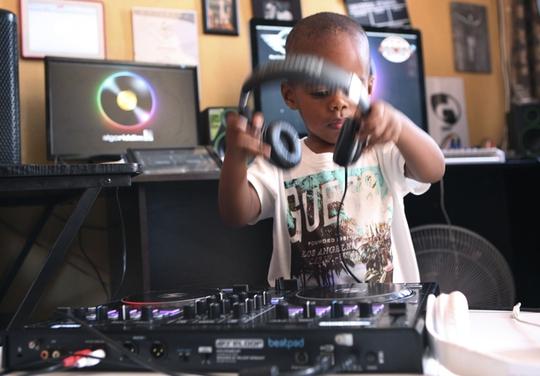 DJ 2 tuổi thu hút hàng ngàn người hâm mộ