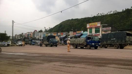 Lực lượng CSGT công an tỉnh Bình Định điều tiết giao thông tại ngã tư cầu Gành