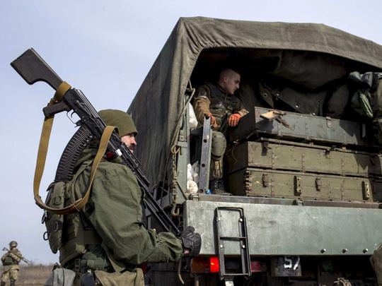 Quân chính phủ Ukraine cho biết đã bắt được 2 binh sĩ Nga. Ảnh: Reuters
