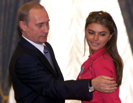 Ảnh chụp ông Putin và Alina Kabayeva trước đây đang xuất hiện khắp các trang Twitter Nga xung quanh những lời đồn