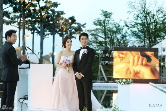 Cô dâu chú rể rạng rỡ hạnh phúc