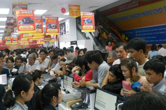 Chuỗi kinh doanh điện máy Nguyễn Kim đã có sự tham gia vốn góp của Power Buy - Quan cảnh mua sắm đông đúc tại một trung tâm Nguyễn Kim - Ảnh: Nguyễn Kim.