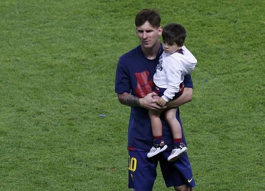 Messi khoe con trai