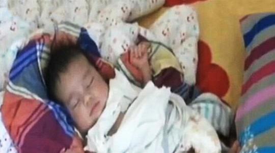 Một trong những trẻ sơ sinh được giải cứu hồi tháng trước . Ảnh: CCTV