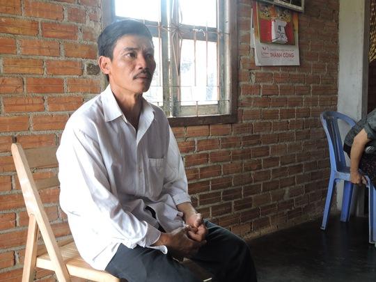 anh Trinh Văn Thiện (bố của học sinh Tài) trình báo vụ việc