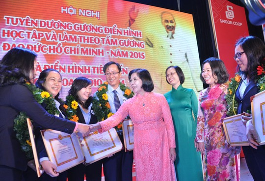 Bà Nguyễn Thị Thu Hà, Phó Chủ tịch UBND TP HCM, trao bằng khen cho các tập thể, cá nhân điển hình tiên tiến của Saigon Co.op