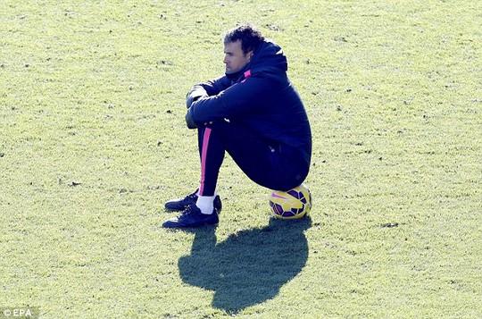 HLV Enrique buộc phải thắng 2 trận tiếp theo nếu muốn giữ giữ ghế
